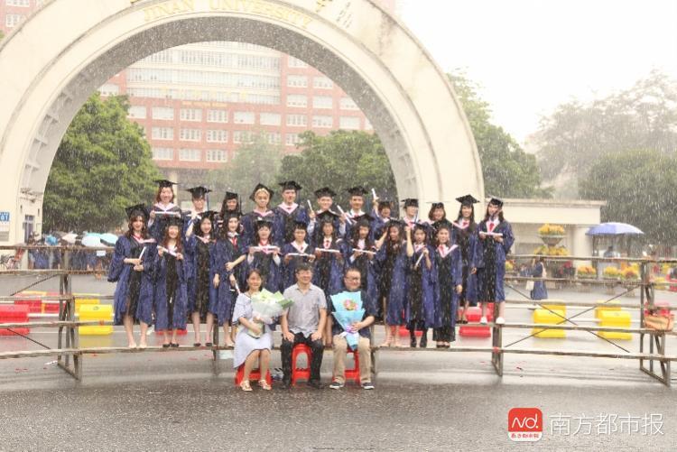 暴雨毕业照走红 人生很多是无奈