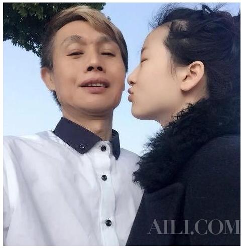六旬!邓建国与90后小女友亲吻玩自拍