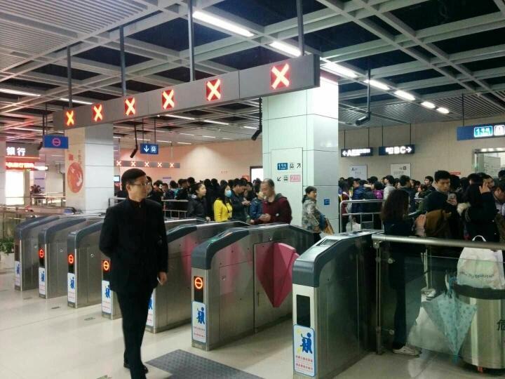 """武汉地铁首开""""夜间临客""""是温馨春运的体现"""