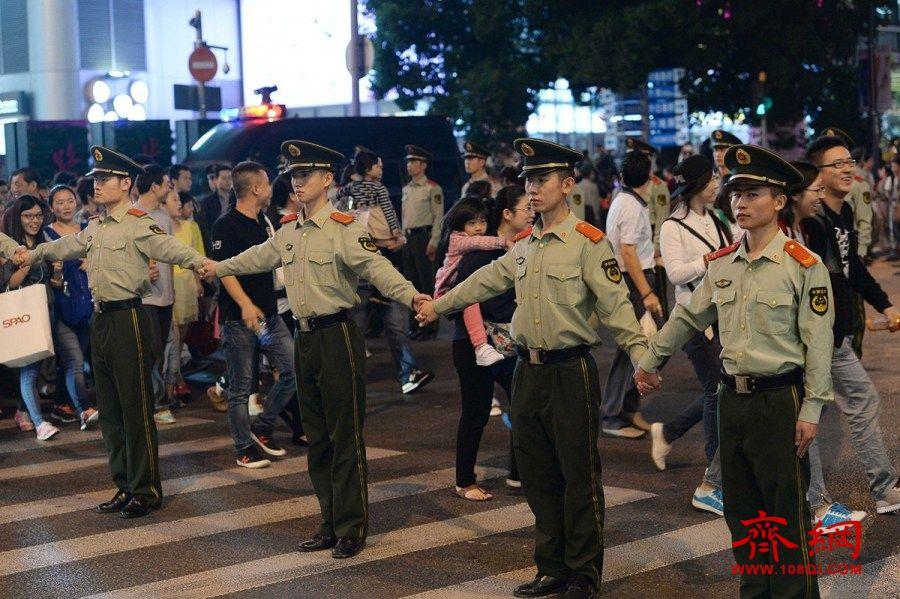 """上海现""""武警人肉红灯"""" 保证路口安全"""