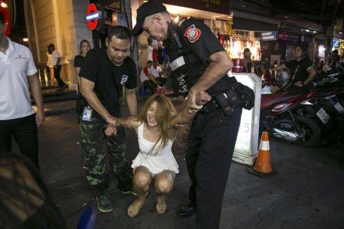 泰国扫黄:某小姐挥拳示威 手指警察