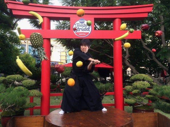 现实版水果忍者表演快刀斩水果的绝技