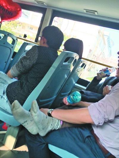 男女公交激吻半小时 女子脱去鞋袜