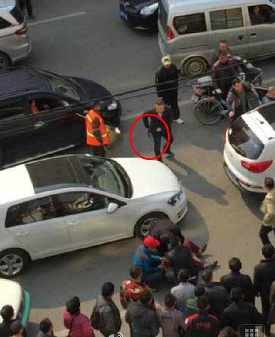 警方街头持枪抓捕 成功将3名犯罪嫌疑人控制