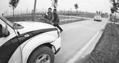 货车拖挂民警十公里 父子驾车阻挠警方追缉