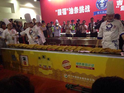 3.72米世界最长油条 成功挑战吉尼斯纪录