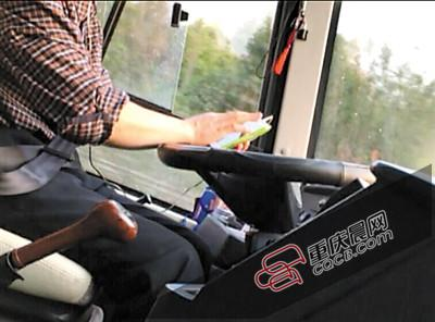 """大巴司机高速路开车玩手机 在屏幕上""""写字"""""""